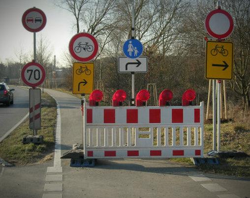 Die Schilder sagen: Einfach rechts halten