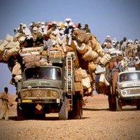 Völkerwanderung durch die Wüste - ein LKW über der Belastungsgrenze