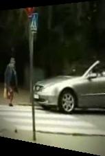 Wehe, wenn Oma beim Straße-Überqueren gehetzt wird