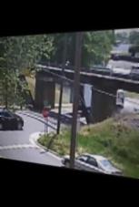 Diese Trucks schätzen die Brücke falsch ein