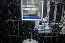 Dieses Werbeposter ist in der Herrentoilette gut platziert