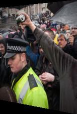 Mann will Getränkedose über Polizist ausschütten