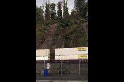 Ein Erdrutsch erfasst den vorbeifahrenden Zug