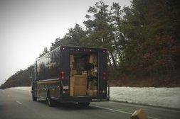 Paketdienst verliert Lieferung während der Fahrt
