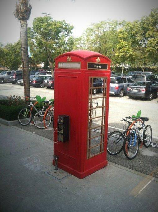 Telefonzelle mit Telefon an der Außenseite