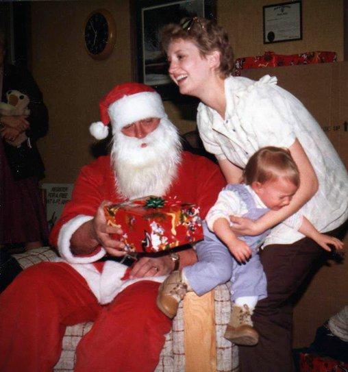 Diese Kind springt gleich todesmutig herab vor Angst vorm Weihnachtsmann