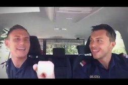 Polizisten singen Atemlos