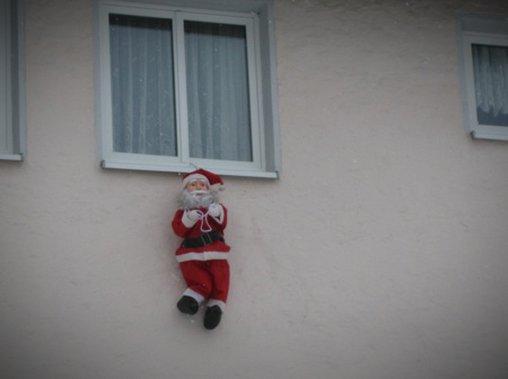Deko-Fail: Der Weihnachtsmann hat sich erhängt