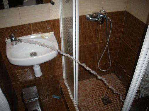 Dusche und Wasserhahn in einem – wie praktisch!