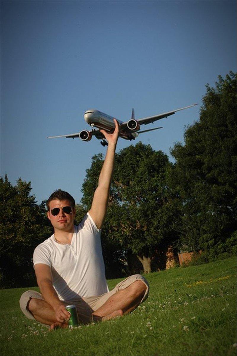 Mann hält Flugzeug in der Hand