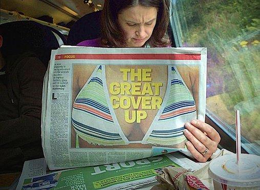 Zeitung mit Fake-Dekolleté