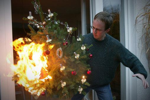 Bei echten Kerzen am Tannenbaum immer aufpassen! Sonst passiert das hier!