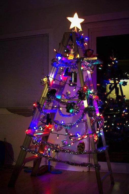 Christbäume lassen sich auch mit einer Leiter und etwas Schmuck simulieren: Der Leiter-Tannenbaum.