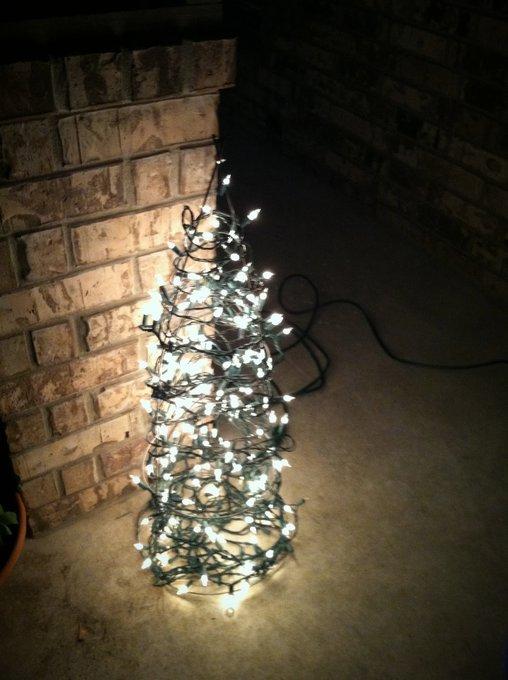 Etwas Draht und zwei, drei Lichterketten – fertig ist der minimalistische Christbaum.