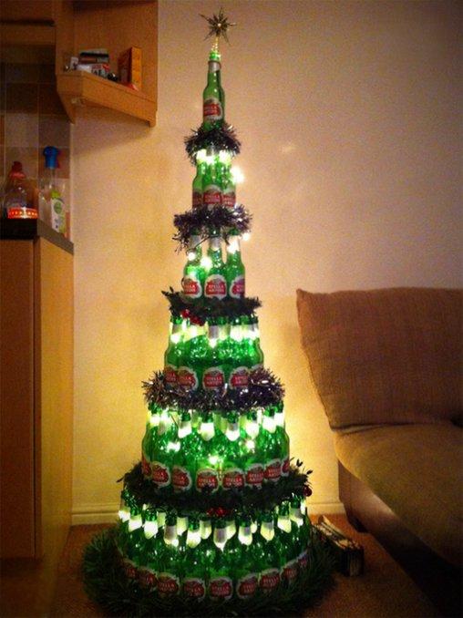 Mit der richtigen Beleuchtung sieht der Bier-Christbaum allerdings sehr ästhetisch aus.