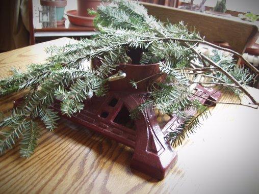 Ob für die paar Tannenzweige der Christbaumständer nicht etwas übertrieben ist?
