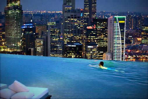 Pool mit Blick zur Skyline