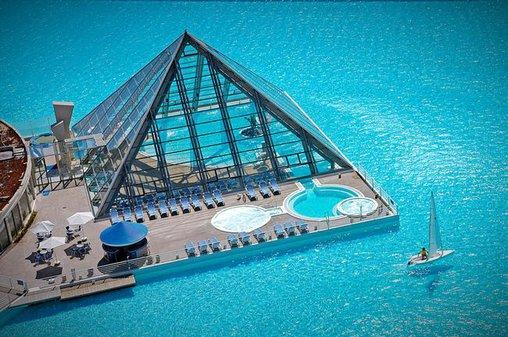 Swimming Pool mit Pyramide