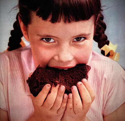 Irres Mädchen isst Kuchen