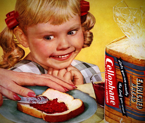 Kind freut sich auf Marmeladenbrot