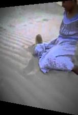 Wüstenfuchs spielt mit kleinem Mädchen