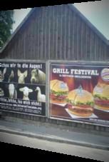 Zwei Plakate werben bei gleichem Thema für verschiedene Handlungen