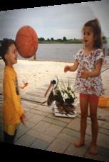 Kind vergisst beim Ballspiel das Fangen