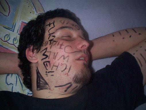 Wer einschläft, wird angemalt