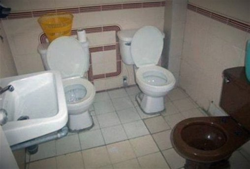 Raum mit drei Toiletten