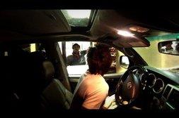Junger Mann setzt beim Drive-in auf gezieltes Körpertraining