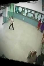 Mann rennt mit Anlauf durch die Glastür