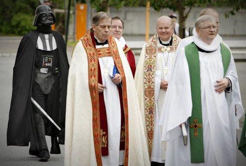 Ist hier irgendwo die dunkle Seite der Macht? Unbemerkt folgt Darth Vader dieser Kirchenprozession
