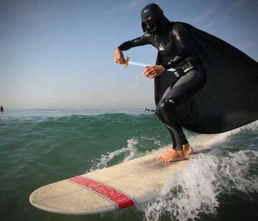 Sogar mit Laserschwert: Darth Vader auf dem Surfbrett