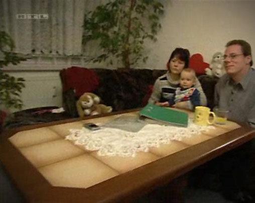 Familie mit Fliesentisch