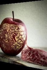 Schnitz-Kunst in einem Apfel: Ein wahres köstliches Meisterwerk