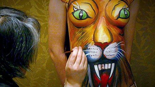 Ein Löwengesicht als Bodypainting