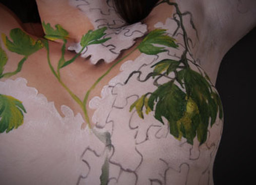 Puzzleteile und Blätter als Bodypainting