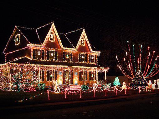 Bei dieser Weihnachtsdeko wird auf die Macht farbiger Lichterketten gesetzt.