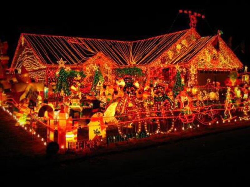 gewöhnlich Verrueckte Weihnachtsdeko Part - 17: Der Garten ist voll mit Weihnachtsdeko. Etwas übertrieben, oder?