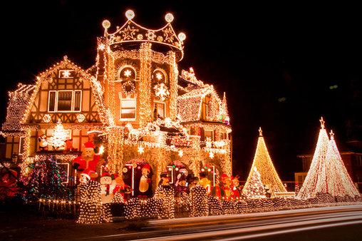 Dieses Haus erstrahlt in einem Lichtermeer – perfekt für die Weihnachtszeit.