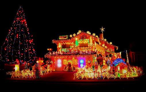 Ein derartig weihnachtlich dekoriertes Haus fällt in der Nachbarschaft auf.