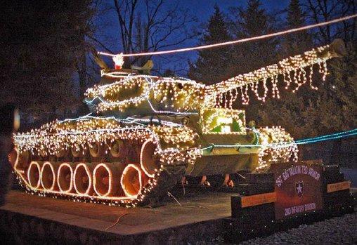 Hier wurde nicht ein Haus in die Weihnachtsdeko einbezogen, sondern ein Panzer.