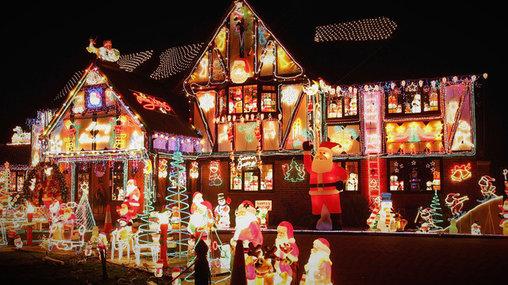 Mit ganz viel Lichterketten und leuchtenden Weihnachtsmännern wird aus dem Eigenheim im Handumdrehen ein Lebkuchenhaus.