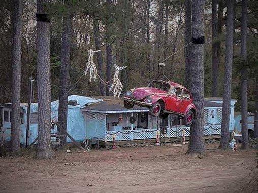 Statt einer Kutsche ziehen die zwei Deko-Rentiere ein verbeultes Auto.