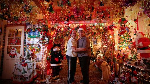 Verrückte Weihnachtsdeko im Inneren des Hauses.