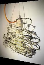 Glühlampe mit Maschendraht umwickelt