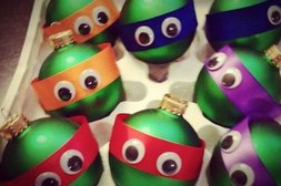 Weihnachtskugeln als Ninja Turtles verkleidet