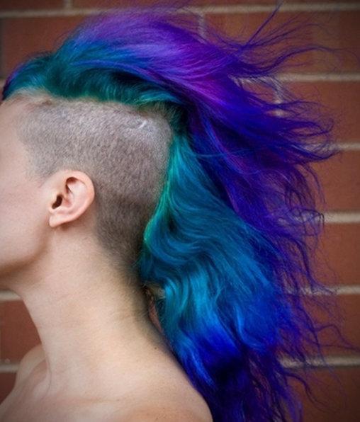 Blau-Lila Regenbogen im Haar