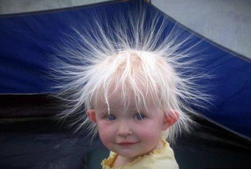 Haare wie vom Blitz getroffen