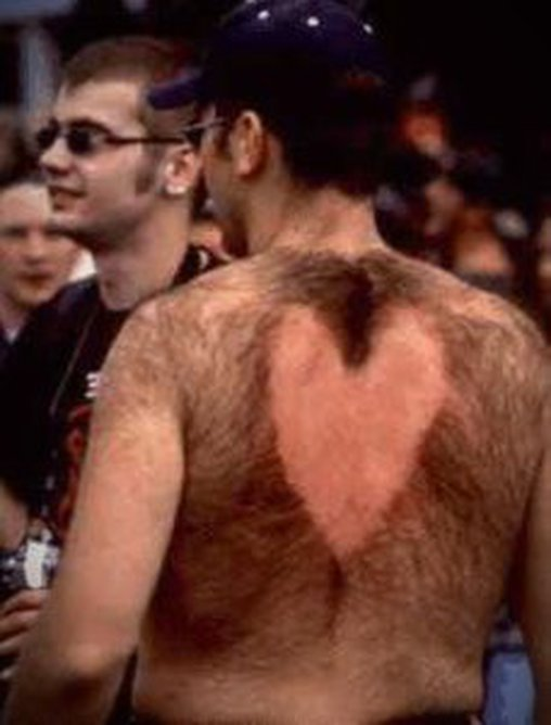 Herzchen in das Rückenhaar rasiert